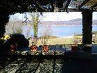 Blick aus der schattigen Laube auf den blauen Bodensee