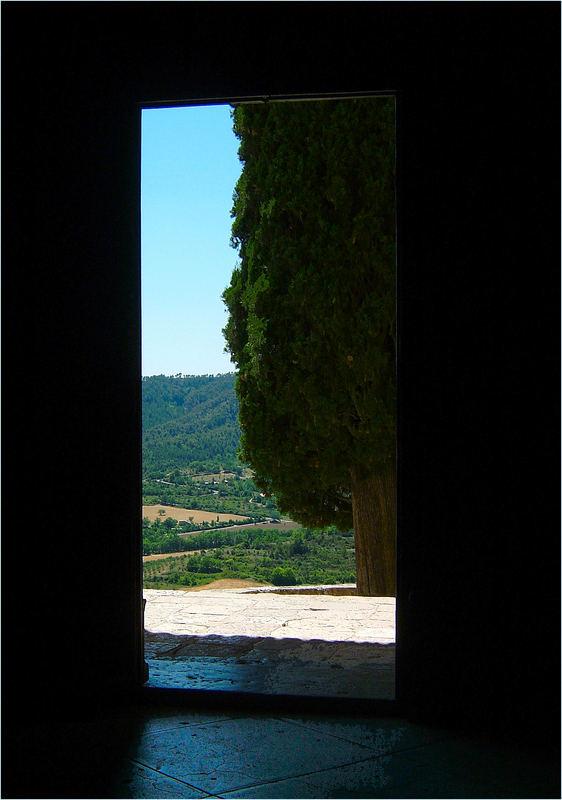 Blick aus der Wallfahrtskirche von Moustiers Sainte Marie