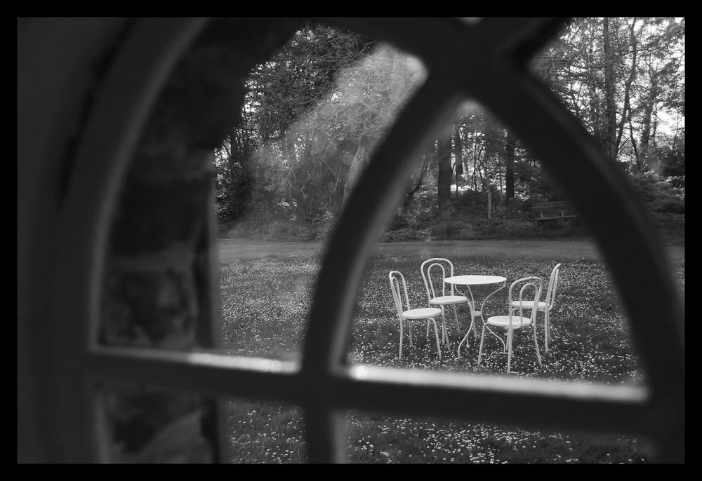 Blick aus einem Fenster in den Garten