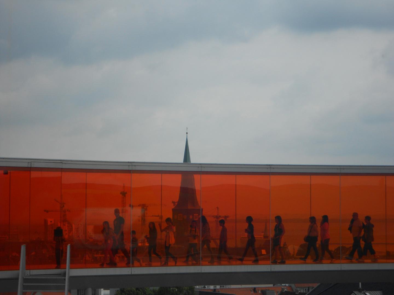 Blick durch das Regenbogenpanorama auf dem AROS Aarhus Kunstmuseum