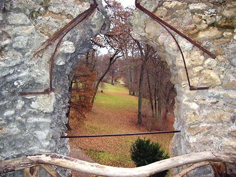 Blick durch Ruinenfenster