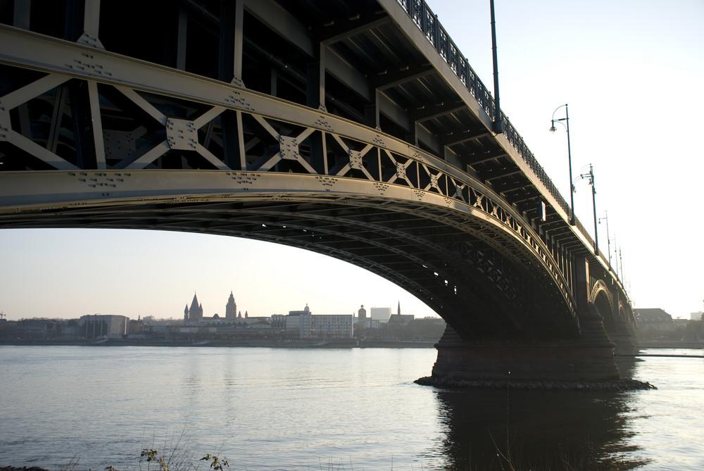 """Blick """"durch"""" Theodor-Heuß-Brücke auf Mainz"""