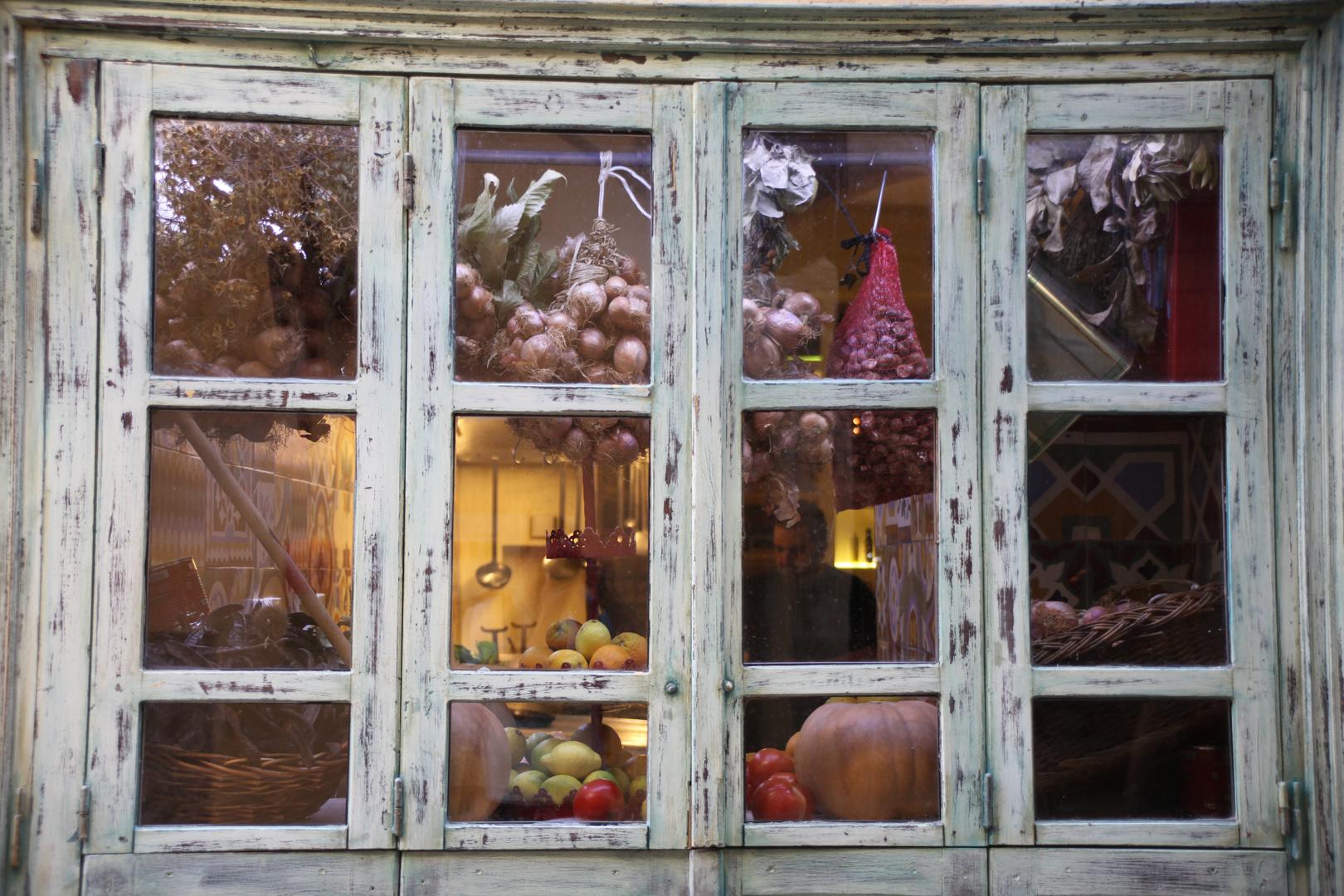 Blick durchs Fenster in die Küche