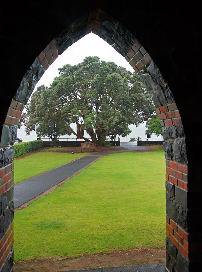 ..Blick durchs Portal der St Paul's Church..