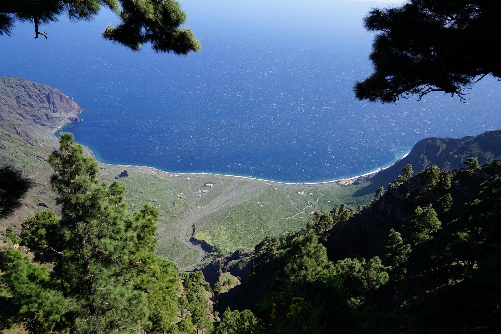 Blick hinunter auf das abgerutschte Tal, links unten La Bonanza, rechts unten El Parador del Hierro