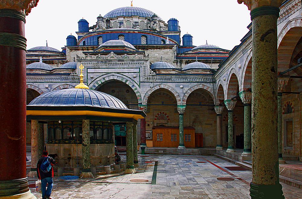 Blick in den Innenhof der Sultan Bayezid Moschee.