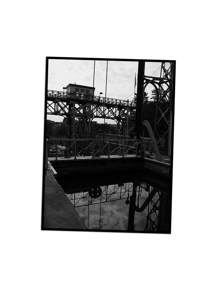 Blick in den Trog eines alten Schiffshebewerkes am Canal du Centre und....