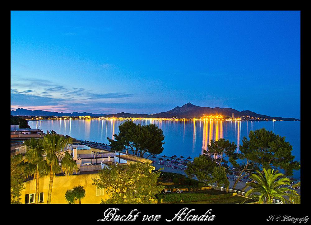 Blick in die Bucht von Alcudia in der blauen Stunde
