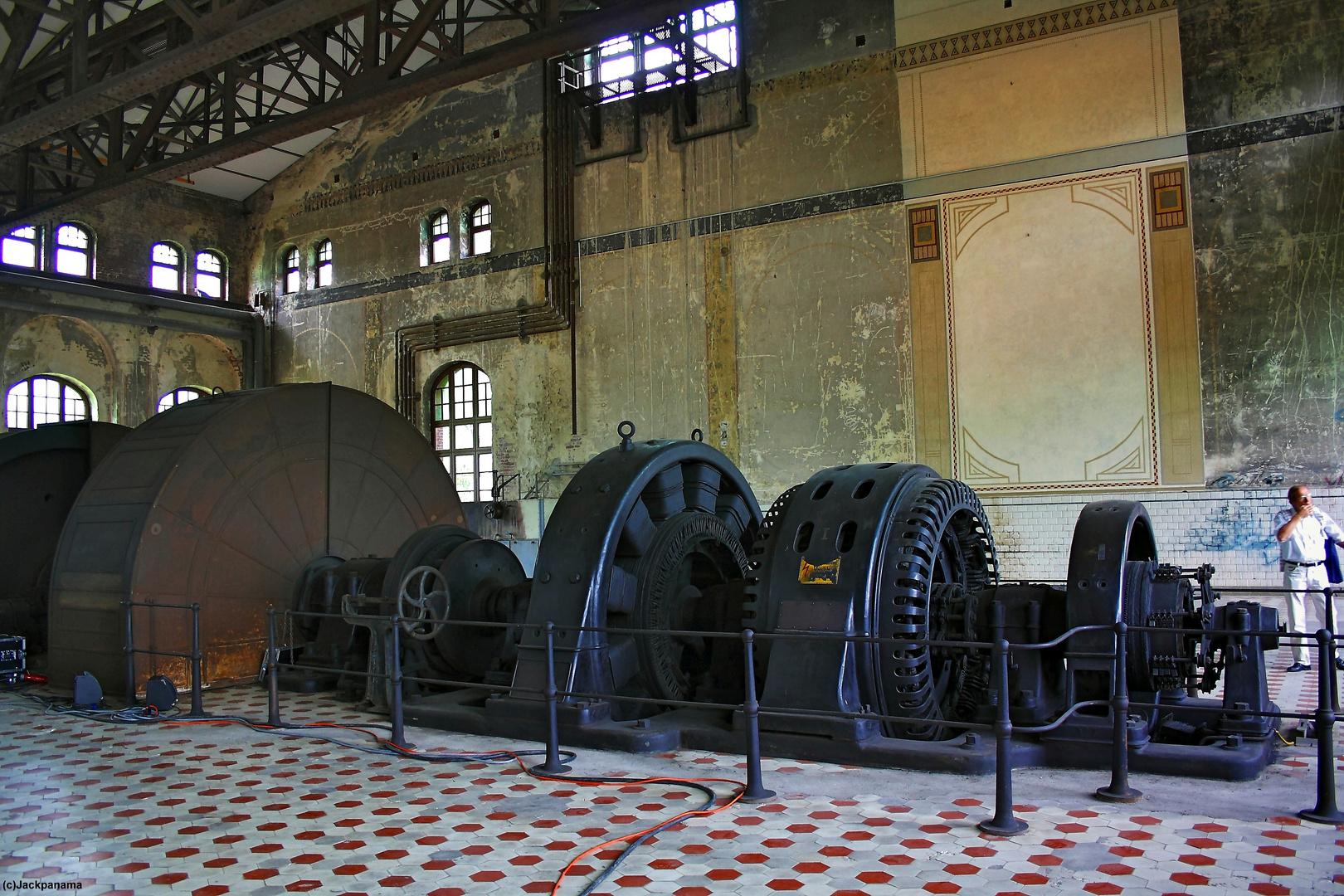 Blick in die Maschinenhalle, im Hintergrund einrestauriertes Segment der Wandmalerei