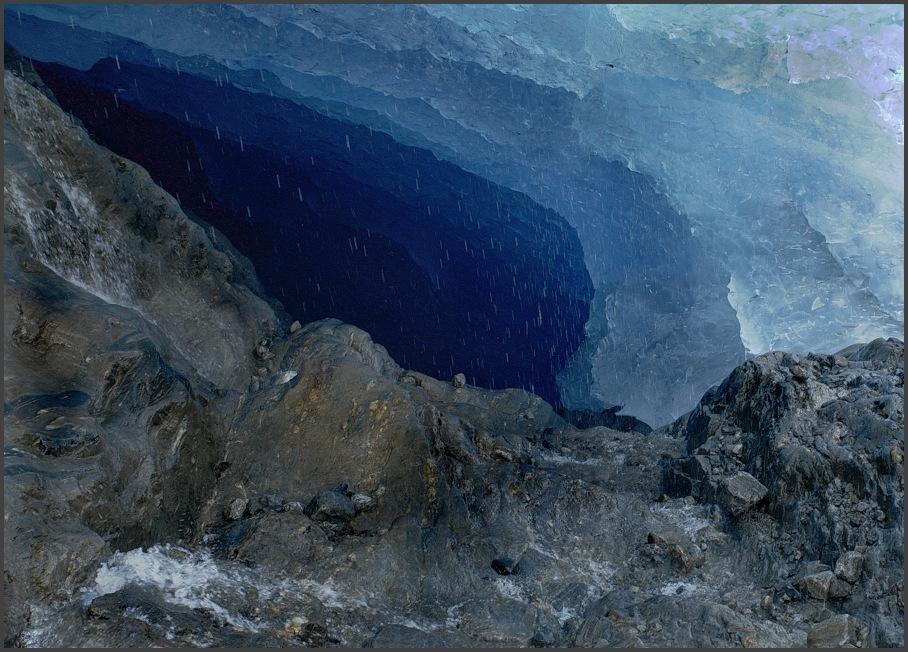 blick in eine gletscherhöhle