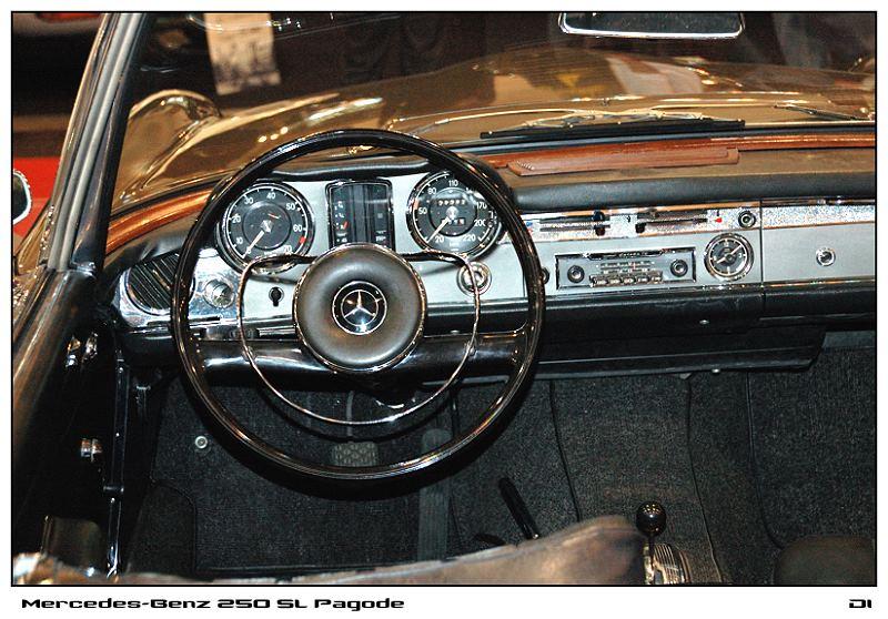 Blick in eine Pagode / Mercedes 250 SL