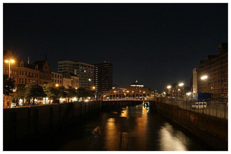 Blick in einen Teil der Speicherstadt bei Nacht