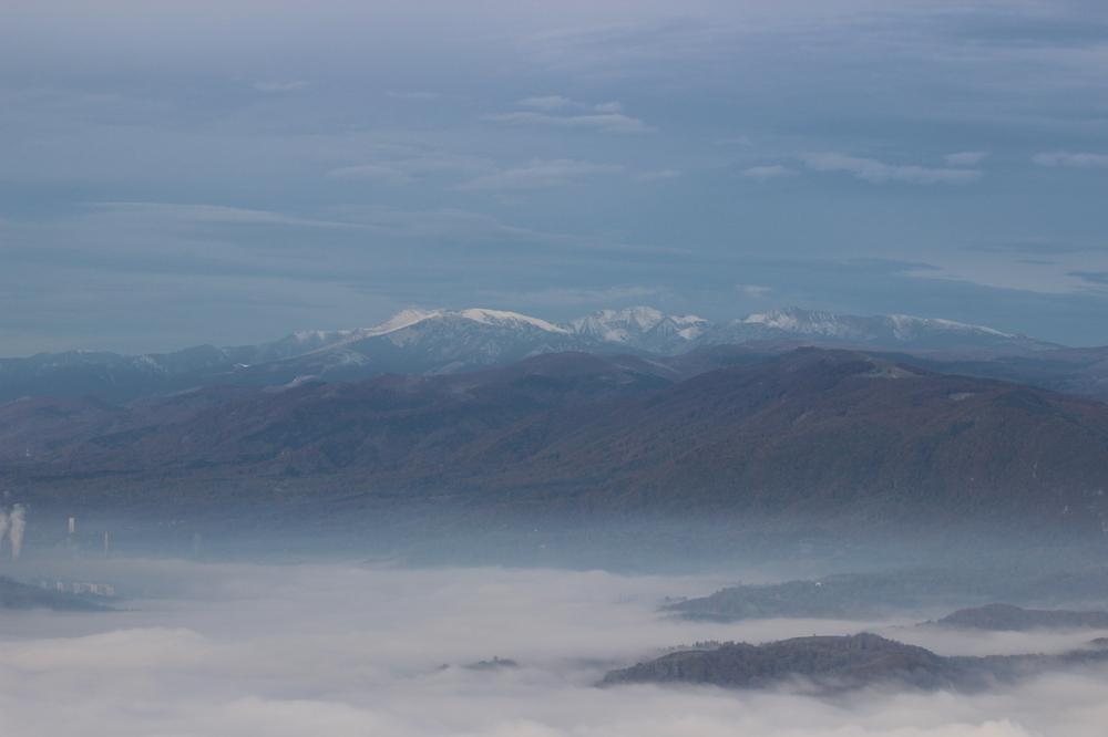 Blick ins morgentliche nebelige Tal