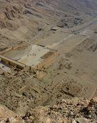 Blick Nahe am Abgrund von den thebanischen Bergen auf Deir el-Bahari…