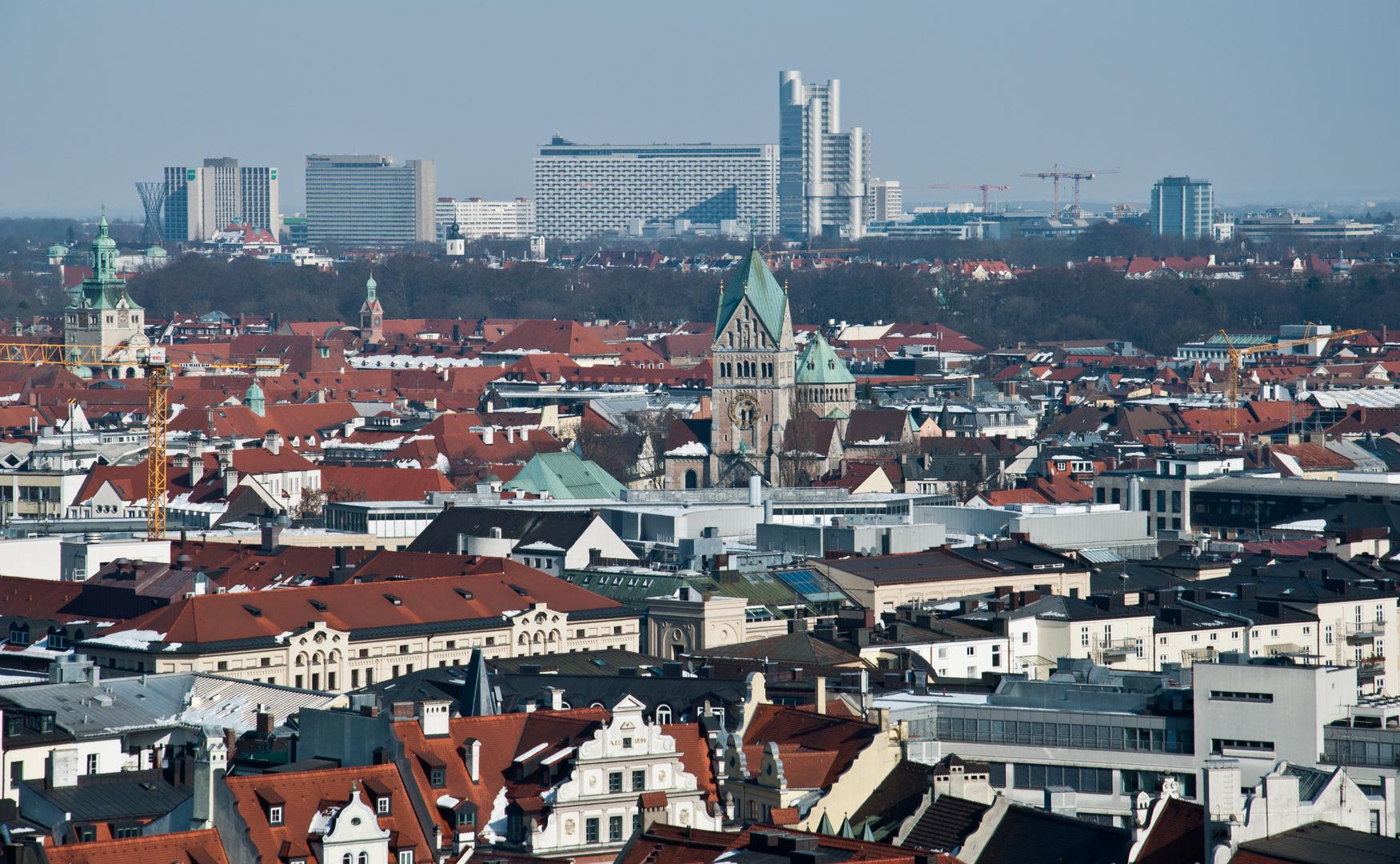 Blick über Altstadt und Lehel auf die Hochhäuser von Bogenhausen