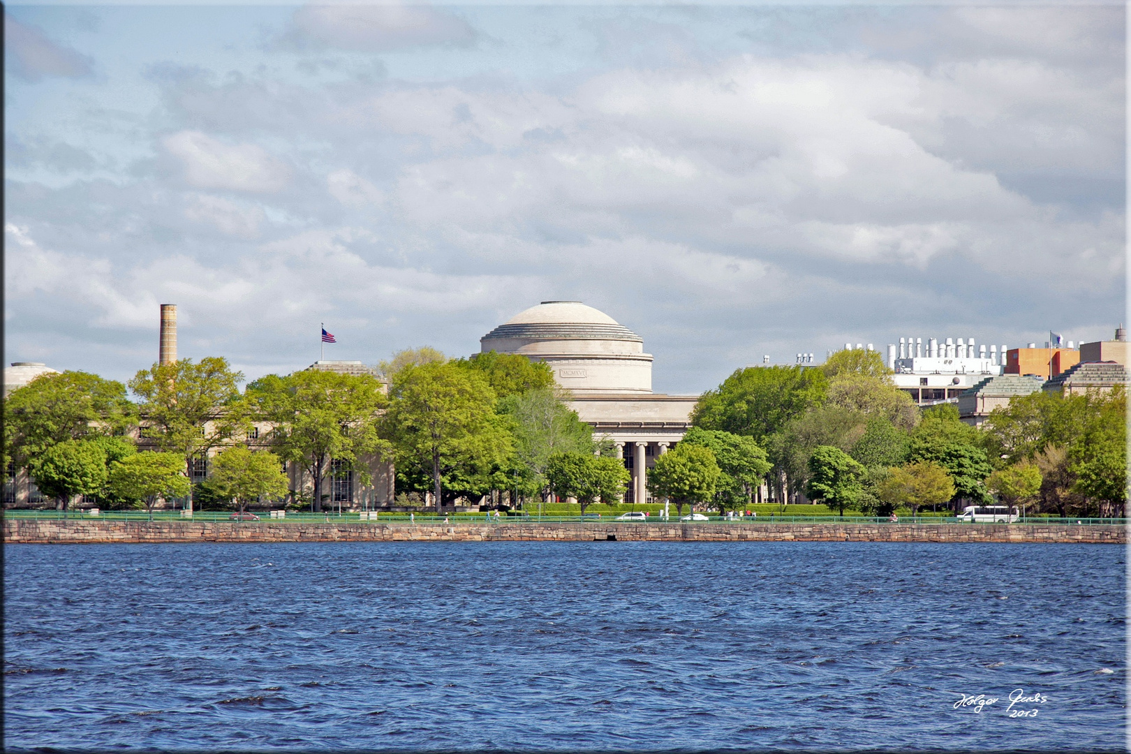 Blick über den Charles River auf den Kuppelbau des MIT