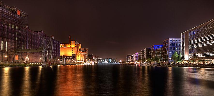 Blick über den Duisburger Innenhafen bei Nacht