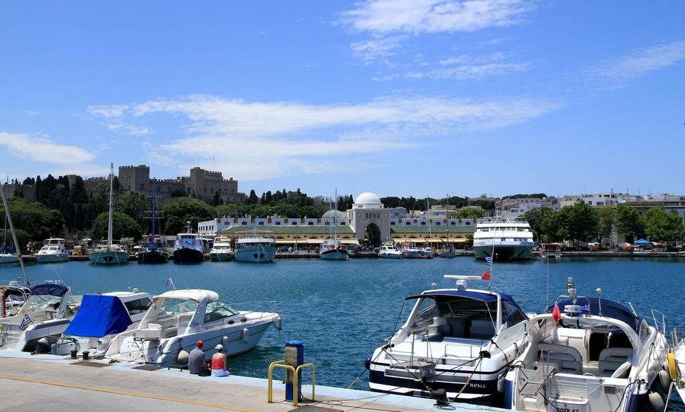 Blick über den Mandraki-Hafen auf Rhodos