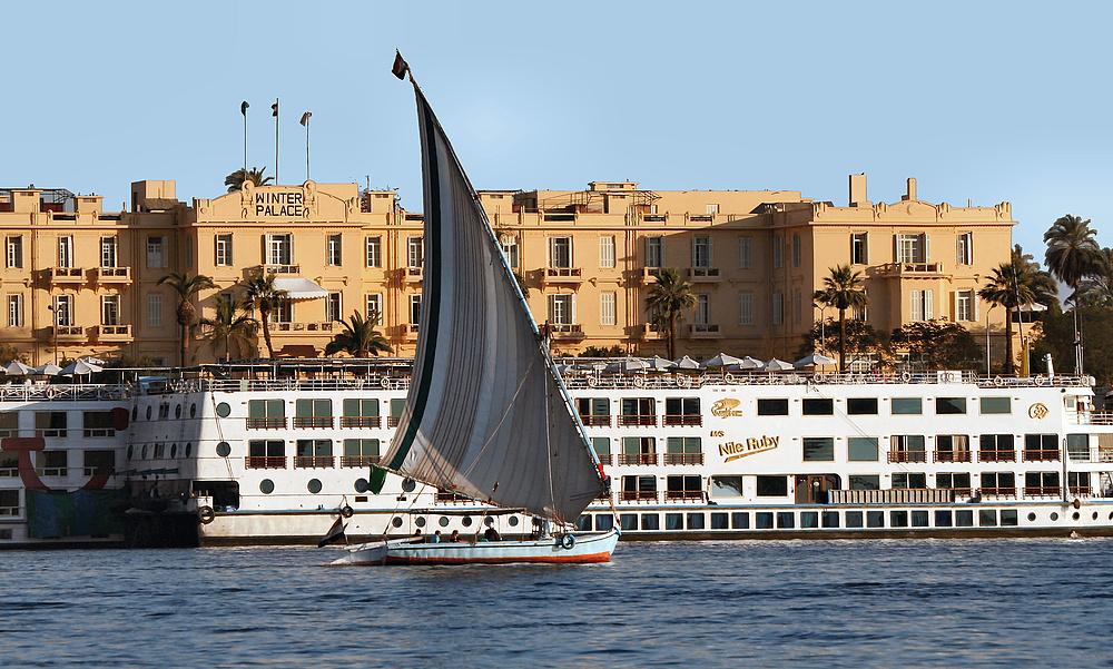 Blick über den Nil auf das schon beinahe historische Hotel Old Winter Palace …
