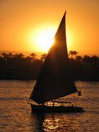 Blick über den Nil von Luxor nach Theben-West.