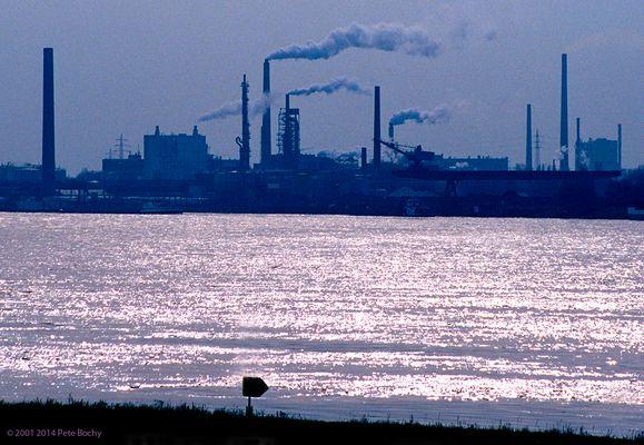 Blick über den Rhein auf Homberg Industrie, 2001