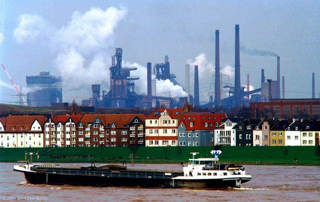 Blick über den Rhein auf Laar und Bruckhausen Industrie, 2001