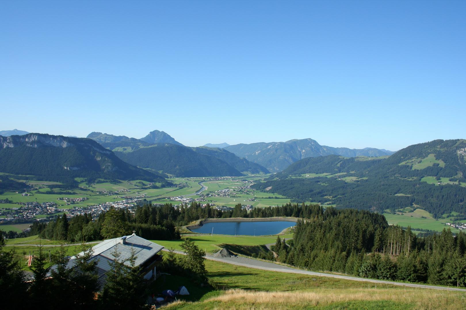 Blick über den Schloßbergsee nach Sankt Johann