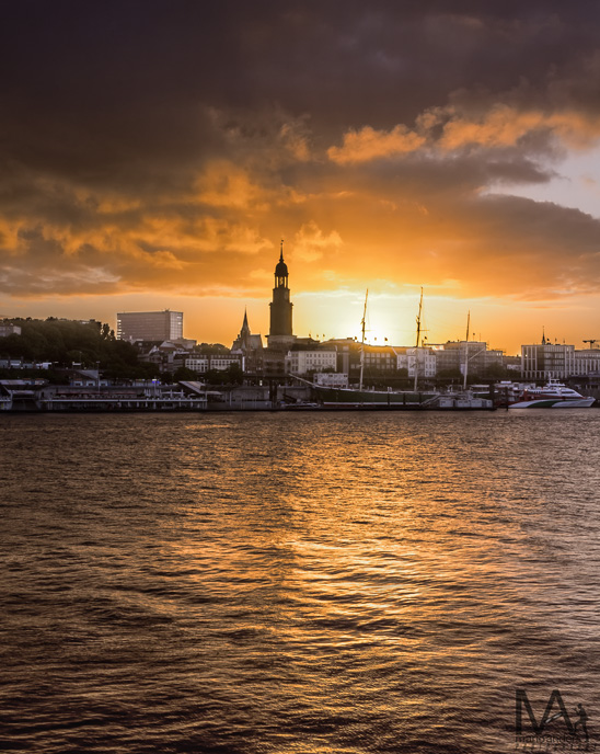Blick über die Elbe zum Michel