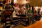 Blick über die Theke eines Pubs in Dingle