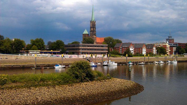Blick über eine Weserbrücke in Bremen