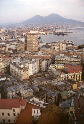 Blick über Neapel auf den Vesuv