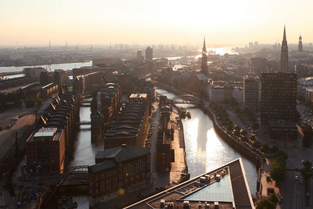 Blick über Speicherstadt und Hafen