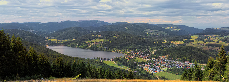 Blick über Titisee und Feldberg