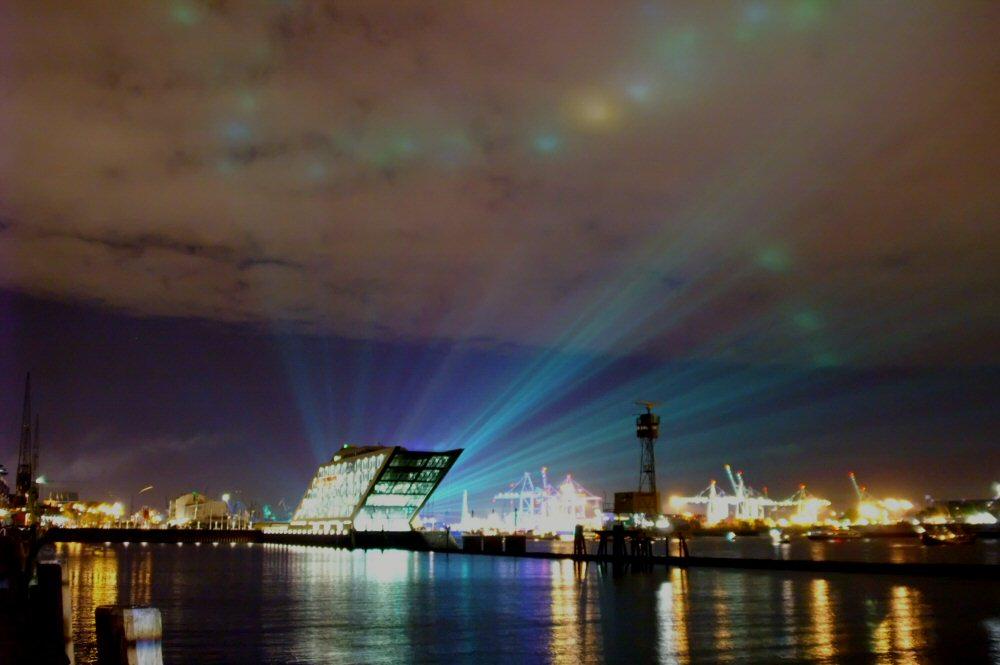 Blick über`s Hafenbecken in Hamburg