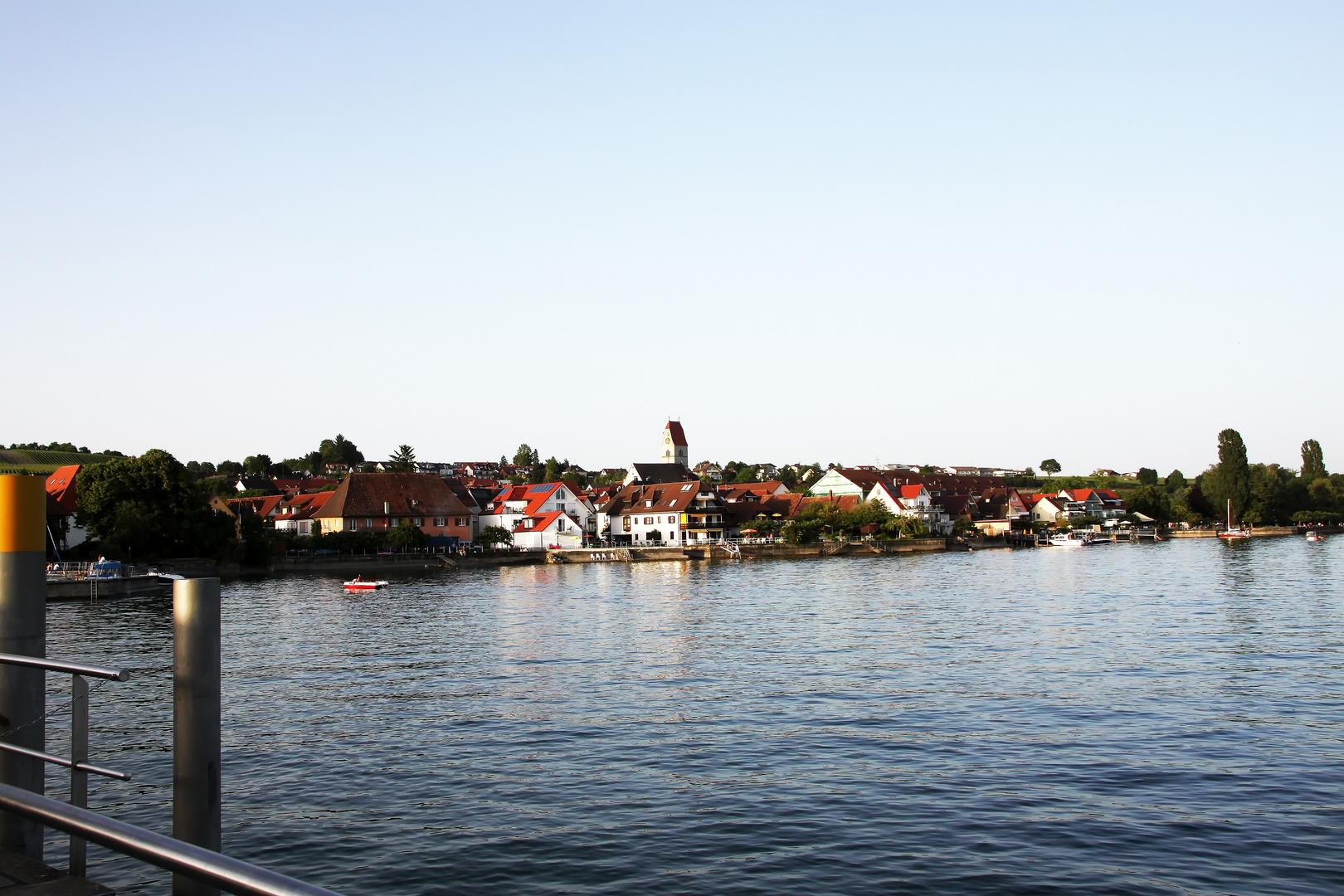Blick vom Bodensee auf Hagnau