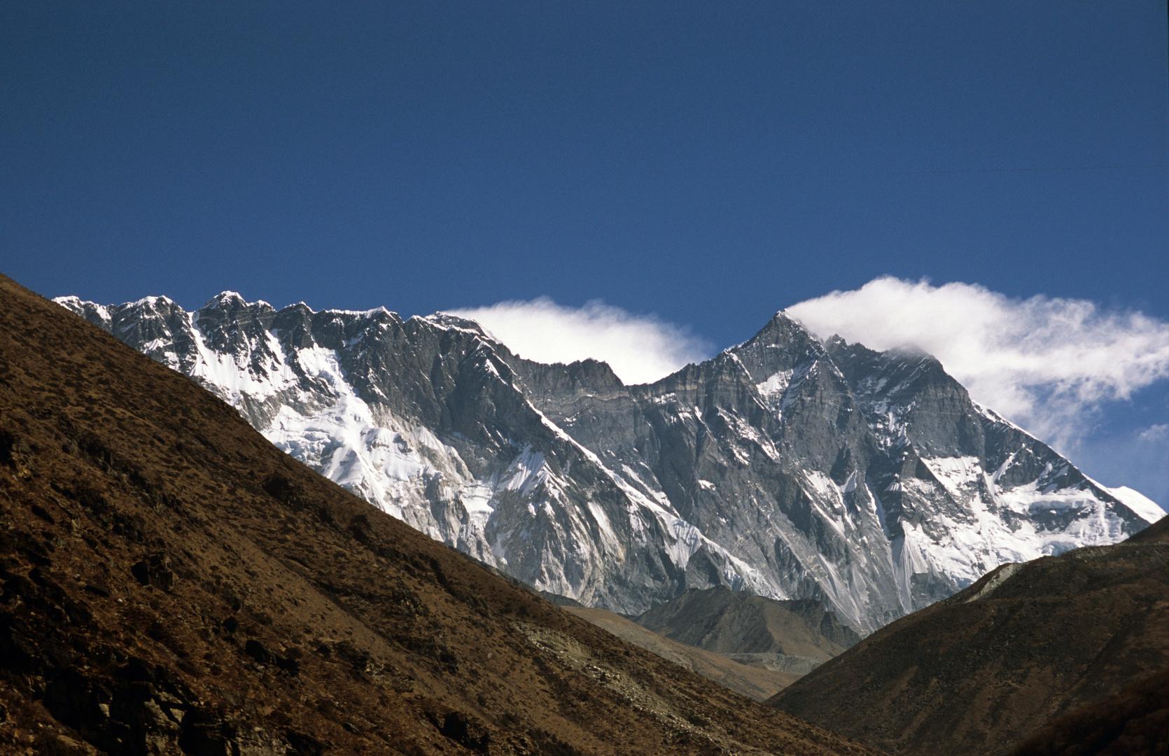 Blick vom Chukhung Ri auf die mächtige Südflanke des Lhotse (8516m)