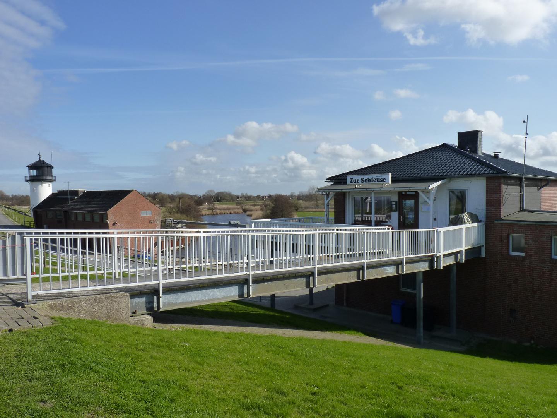 Blick vom Deich auf die Gaststätte Zur Schleuse,Schleusenhaus und Dicke Berta in Cuxhaven-Altenbruch