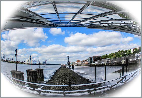 Blick vom Dockland elbabwärts.