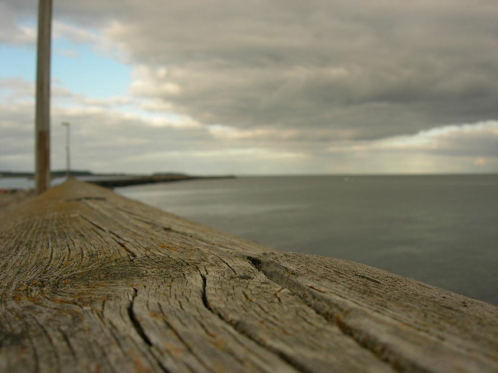 Blick vom Hafen aufs Meer hinaus