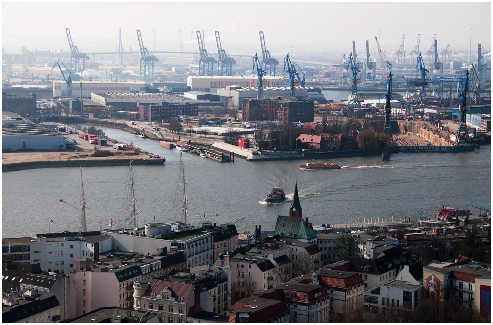 Blick vom Hamburger Michel auf das Werftgelände von Blohm und Voss