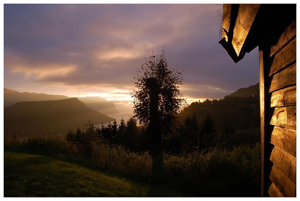 """Blick vom Hof """"Indreberge"""" auf den Åfjord und dem Lihesten"""