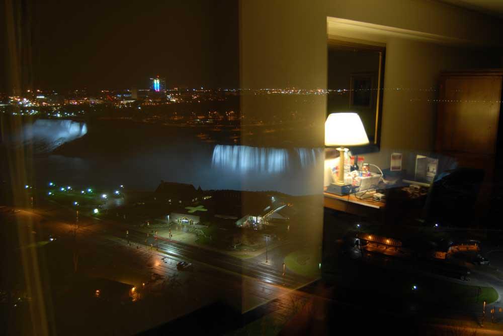 Blick vom Hotelzimmer auf die Niagara Falls