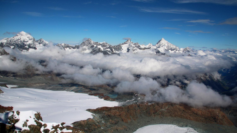 Blick vom Kleinen Matterhorn (3882m) auf vier Viertausender