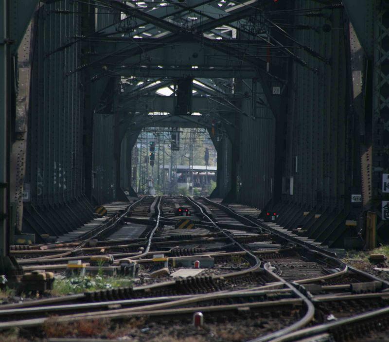 Blick vom Kölner Hbf in Richtung der Deutzer Brücke