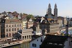 Blick vom Lindenhof über die Limmat, das Rathaus zum Grossmünster