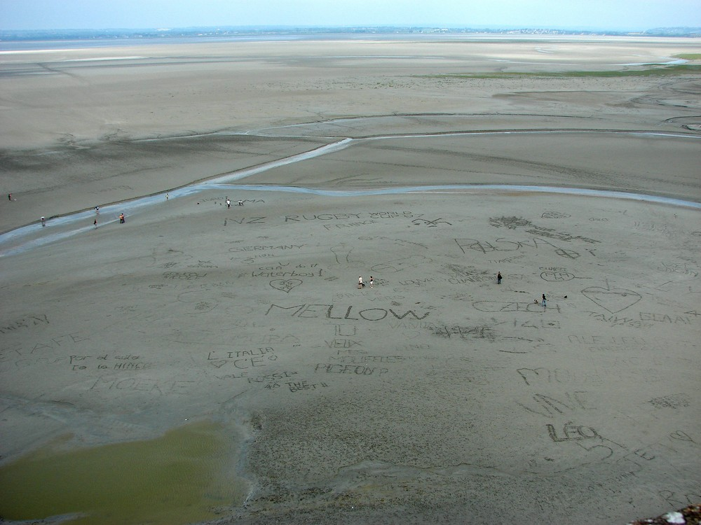 Blick vom Mont St. Michel bei Ebbe, Sand Graffiti