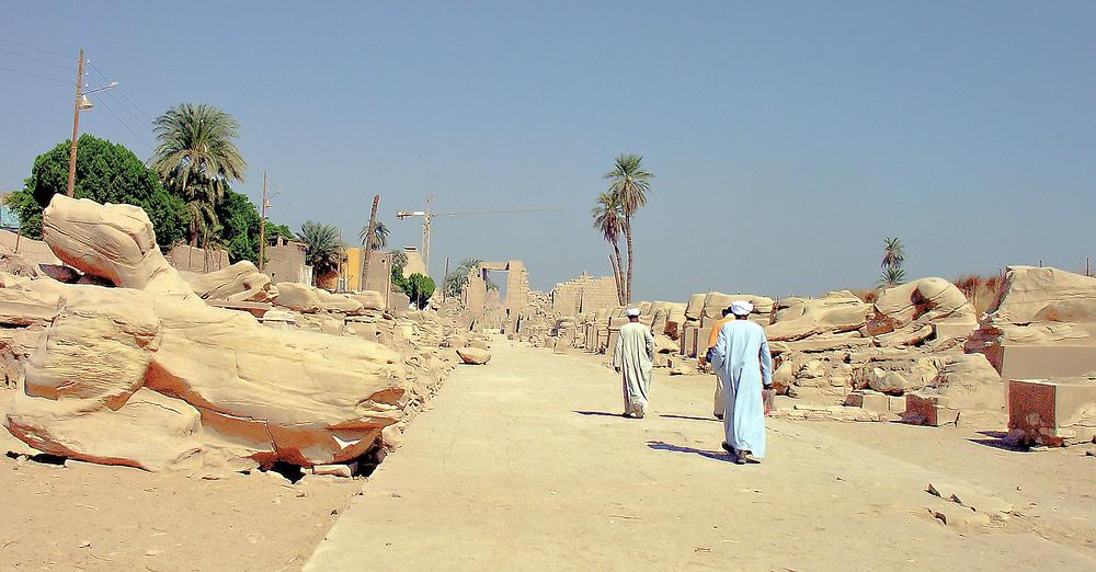 Blick vom Mut-Tempel von der ehemaligen Sphingenalle zum 10. Pylon vom Karnak-Tempel