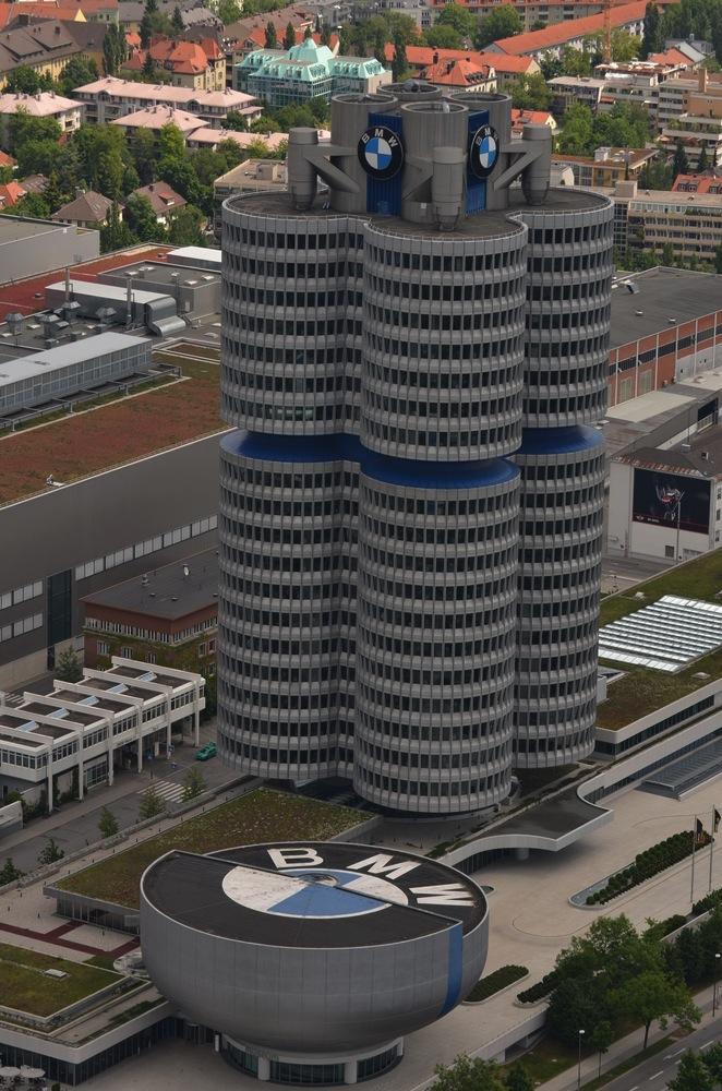"""Blick vom Olympiaturm auf das BMW Haus """"Vierzylinder"""""""