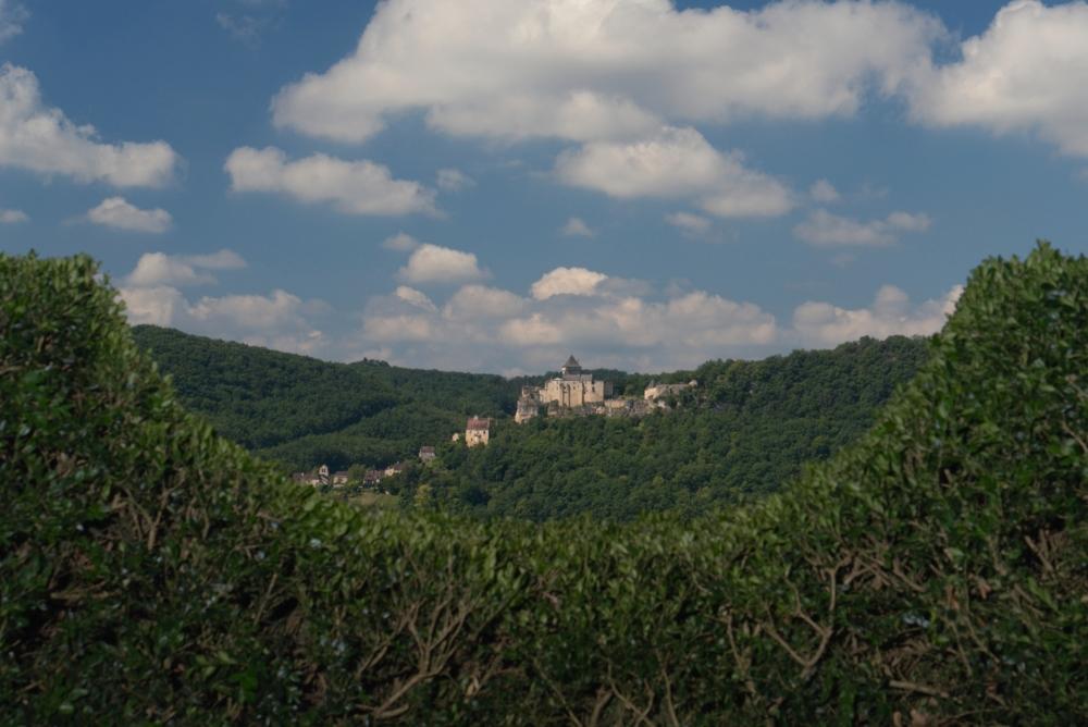 Blick vom Park Marqueyssac zur Burg Castelnaud