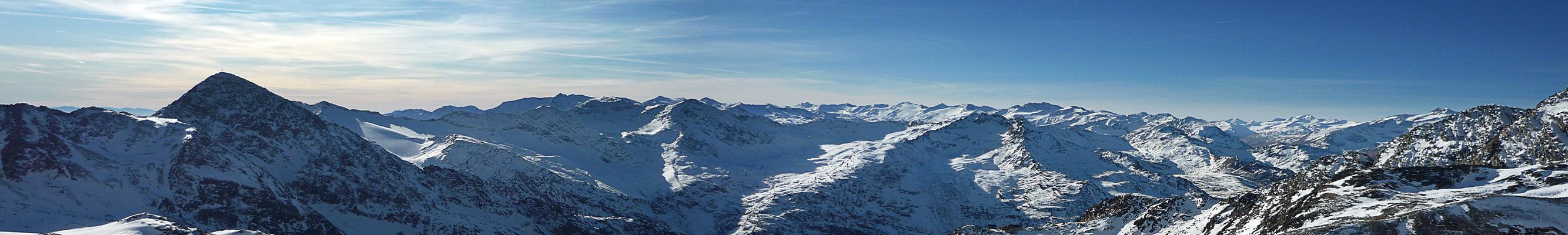 Blick vom Stubaier Gletscher in die Ötztaler Alpen mit Wildspitze und Weißkugel